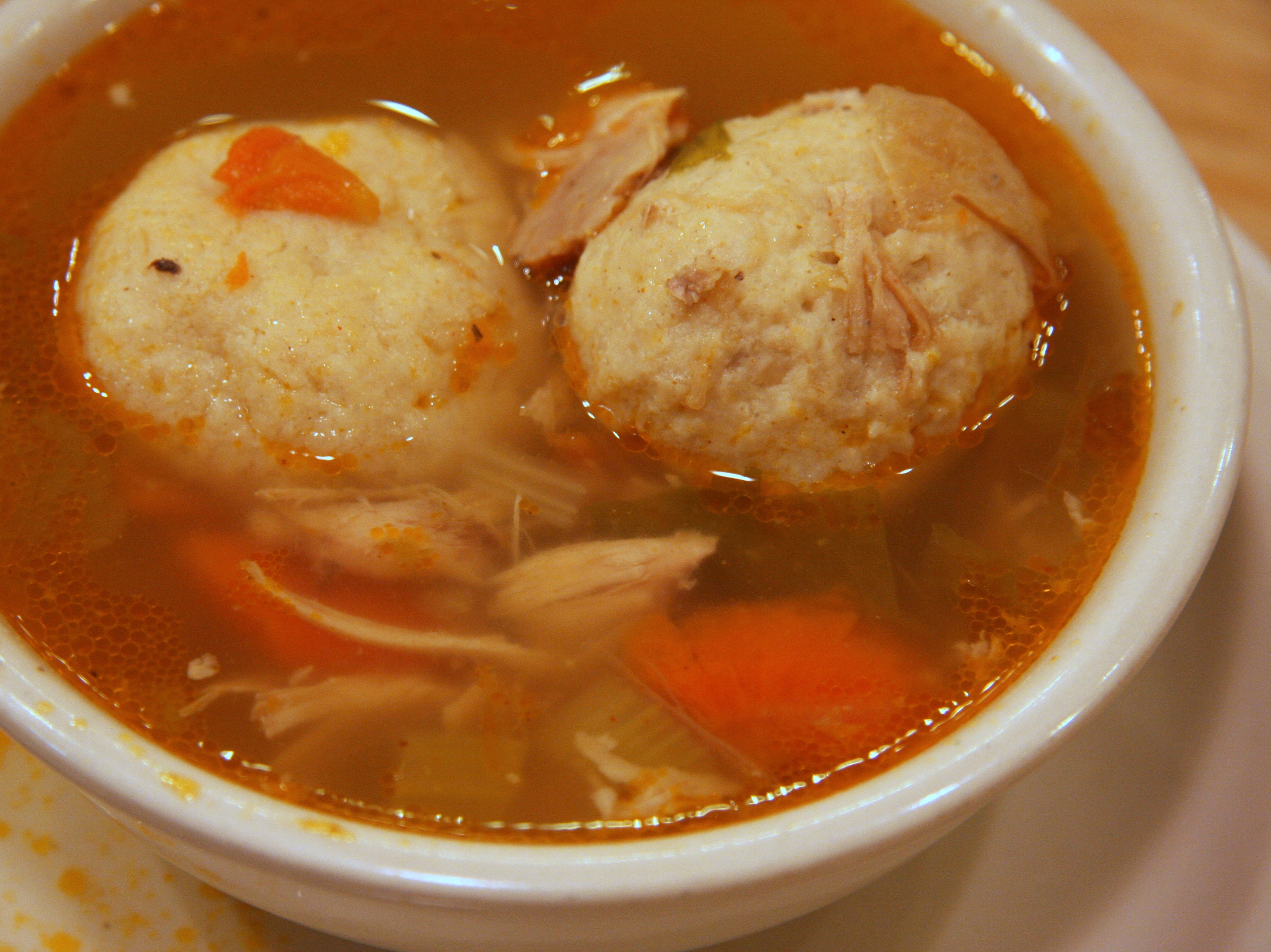 Traditionelles Rezept: Mazzeknödel in der Suppe.|wikimedia